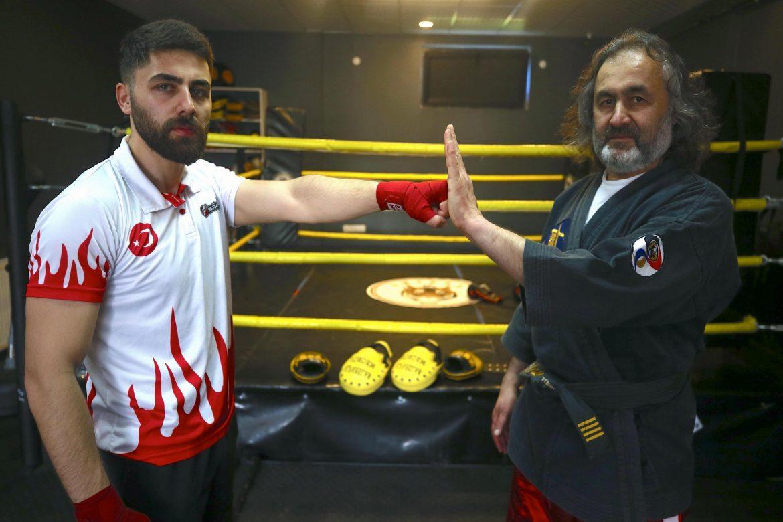 Antrenör baba, kick boksçu oğlunu müsabakalara hazırlıyor