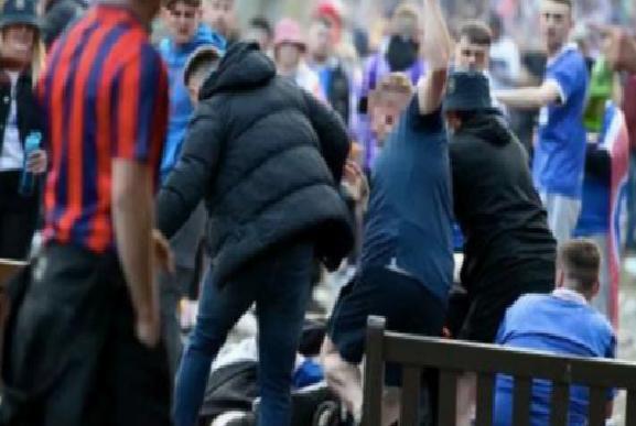 İskoçya'da Rangers taraftarları ve polis birbirine girdi! Savaş alanına döndü…