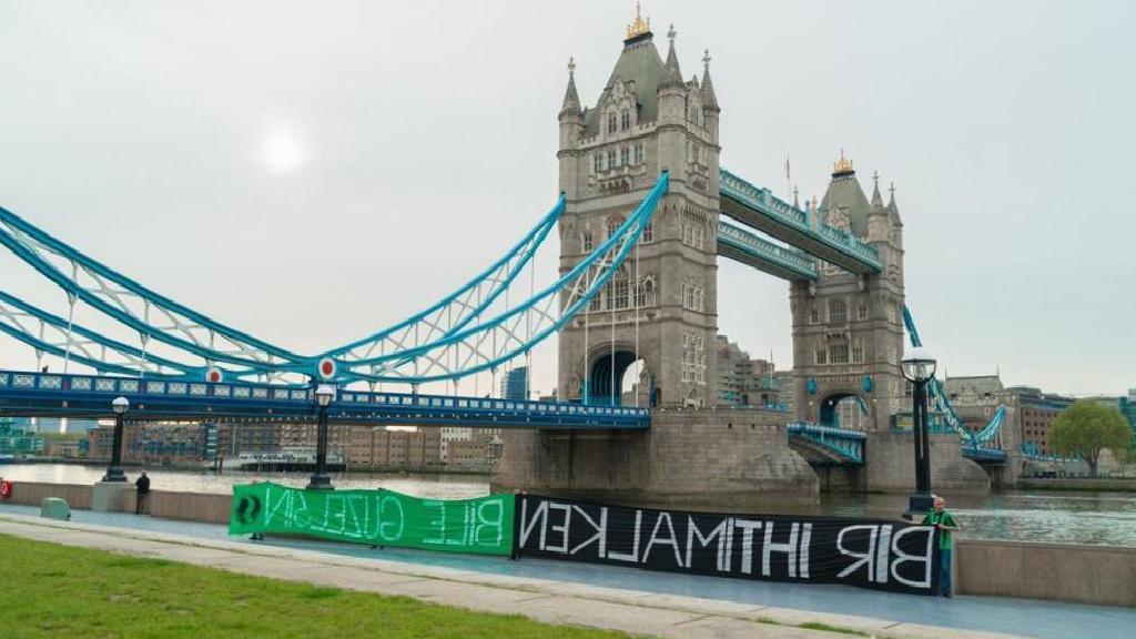 Londra'da Tower Bridge'de Sakaryaspor pankartı