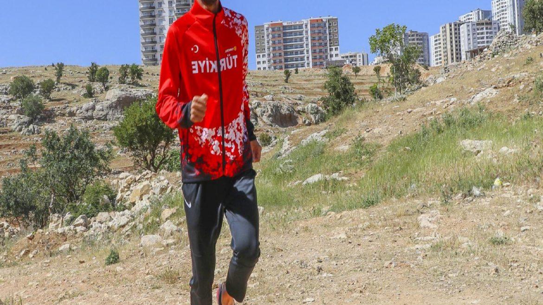 Mardin'in merdivenli sokaklarında antrenman yapıyor