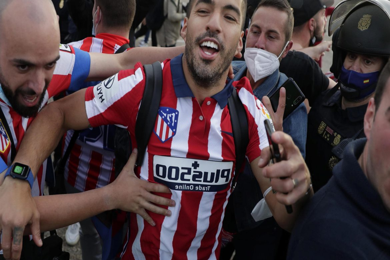 Şampiyon Atletico Madrid'de futbolcular, taraftarlarıyla birlikte kutlama yaptı